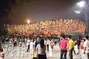 4月底北京鳥巢曾發生「派錢」騙局,數萬人上當。(網上圖片)