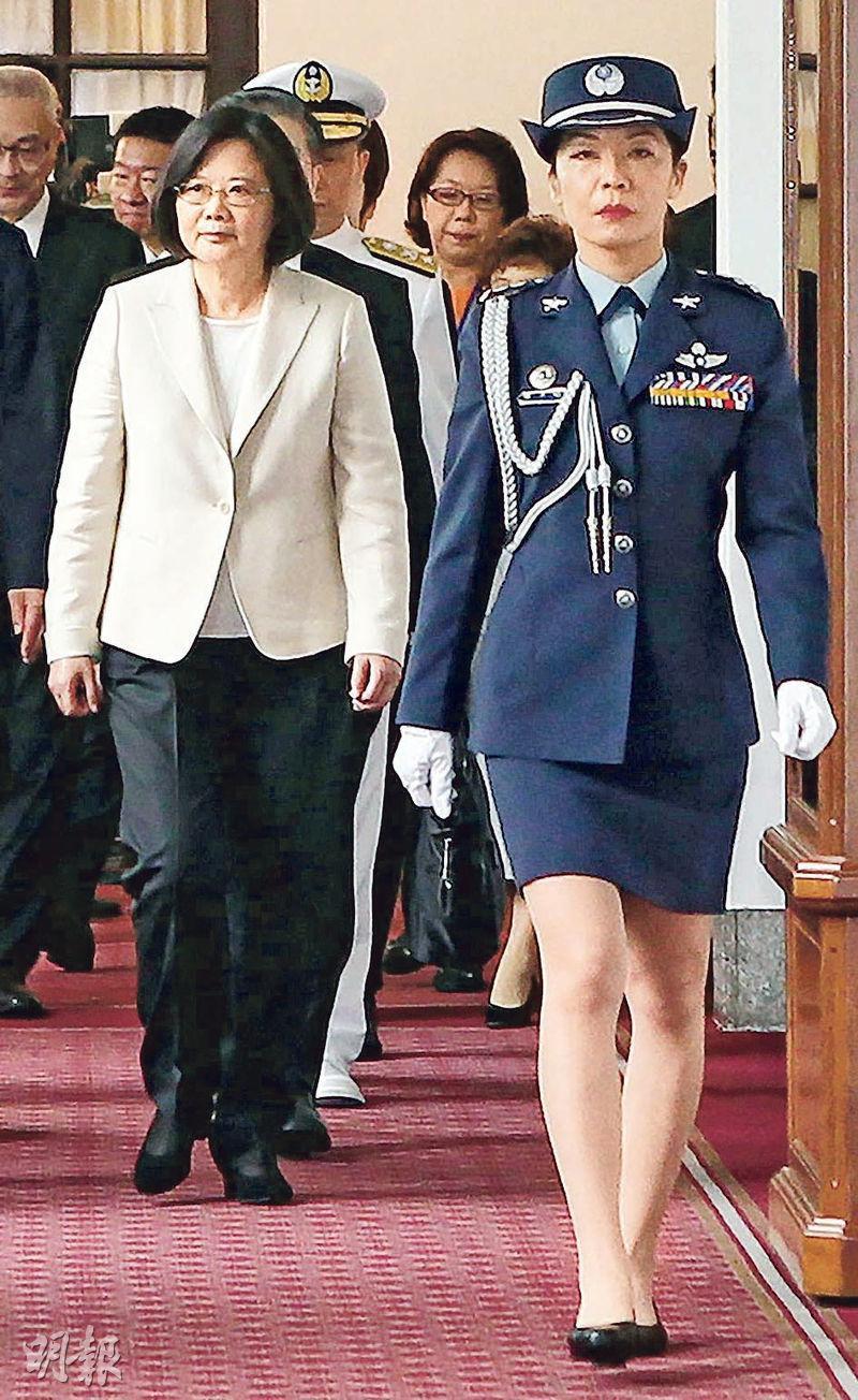 蔡英文(左)的首名女武官陳月芳(右)報稱受到男隨從的性騷擾,對方已被調職。(網上圖片)