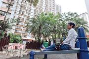 黃伯因早前捲入一宗販毒案而被羈押19個月,其間社署暫停綜援及代繳租金,以至拖欠房署租金而被沒收公屋。脫罪後,黃伯唯有在上水公屋原居所附近的公園露宿。(馮凱鍵攝)