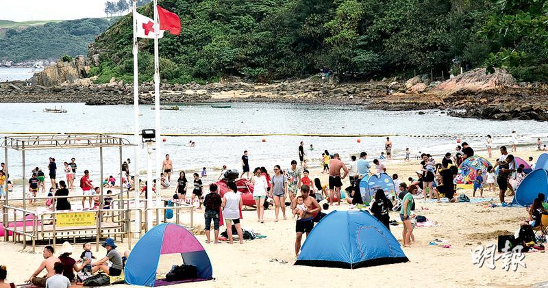 清水灣二灘昨因救生員不足暫停救生服務及懸掛紅旗,仍有數以百計泳客到來,部分人不理沒有救生服務,照樣下水暢泳。(鍾炳然攝)