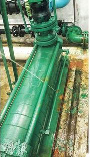 天盛苑自轉用海水冲廁後,8個月內更換了7台水泵,其中一台鏽蝕至喉管穿爛噴水。(受訪者提供)