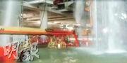 近日有短片在社交網站流傳,如圖中見多條水柱在一座大樓內「從天而降」,內有積水,有網民認出該處是港珠澳大橋的旅檢大樓。路政署承認,上周三暴雨期間,在港珠澳大橋香港口岸旅檢大樓的工地範圍內,有雨水從天幕建造中的接口位流入。(fb「創科網吧連鎖」)