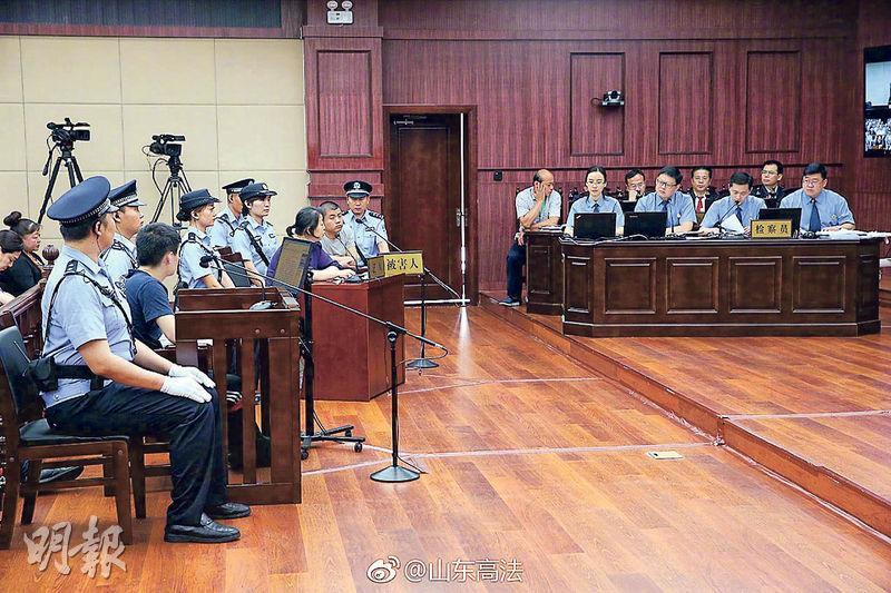 辱母殺人案昨日二審開庭,圖為上訴人于歡(左二)看着母親蘇銀霞(紫衣者)作證。(網上圖片)