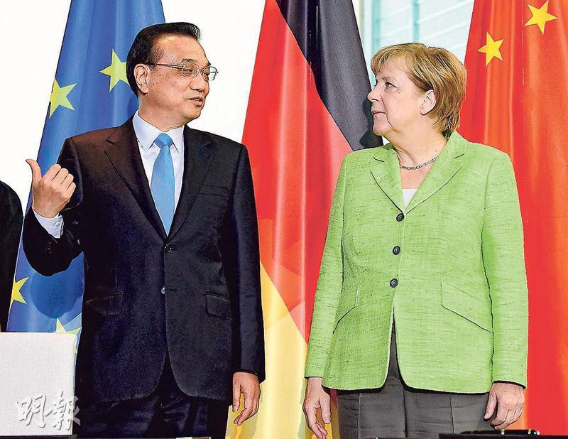 國務院總理李克強(左)昨日與德國總理默克爾(右)共同出席中德論壇,見證簽署多項合約。(法新社)