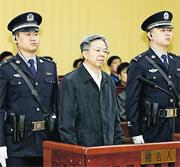 涉及遼寧人大代表賄選案的王陽(中)昨日被判監16年半,圖為案件4月開庭時的情形。(網上圖片)