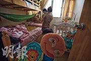 袁小姐一家四口居於不足200呎的劏房內,對節衣縮食的生活感到無奈。兒子需要補習,但無法負擔,「我們沒錢,也沒有辦法」 (楊柏賢攝)