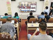 法院將一處會議室改成新聞中心,記者可以在此觀看庭審直播。(明報記者攝)