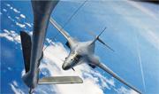 美國太平洋司令部稱,美軍兩架B-1B「槍騎兵」戰略轟炸機從關島起飛,進行了10個小時的長途飛行,途中飛越南海。圖為「槍騎兵」進行海上空中加油。(美國太平洋司令部公共事務部)