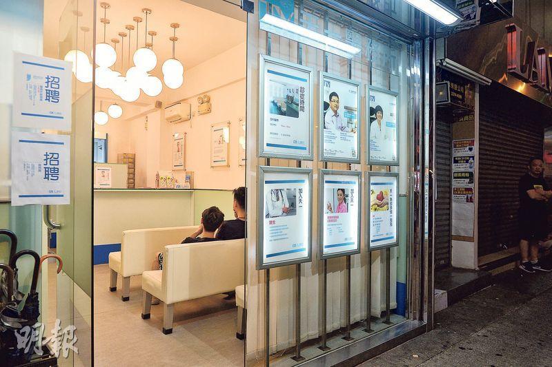 鄰近伊利沙伯醫院的油麻地天一醫務所,由過去24小時診症逐步改至凌晨12時關門。集團醫務總監鄒重璂指,通宵服務有市場,只是難聘通宵工作醫生,被迫縮短診所營業時間。(鍾林枝攝)