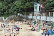 19名救生員集體請病假,令西貢公眾泳灘廈門灣、銀線灣及清水灣第二灣昨暫停救生服務。圖為受影響的銀線灣泳灘,雖然掛上紅旗,仍有近百市民到來享受陽光與海灘。(鍾炳然攝)