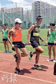 嚴重弱視弱聽的馬拉松跑手蔡浩良(橙衣者),即將出戰其首個海外全馬賽事,希望眾籌購買防水助聽器,讓他能走出無聲世界。(呂少穎攝)