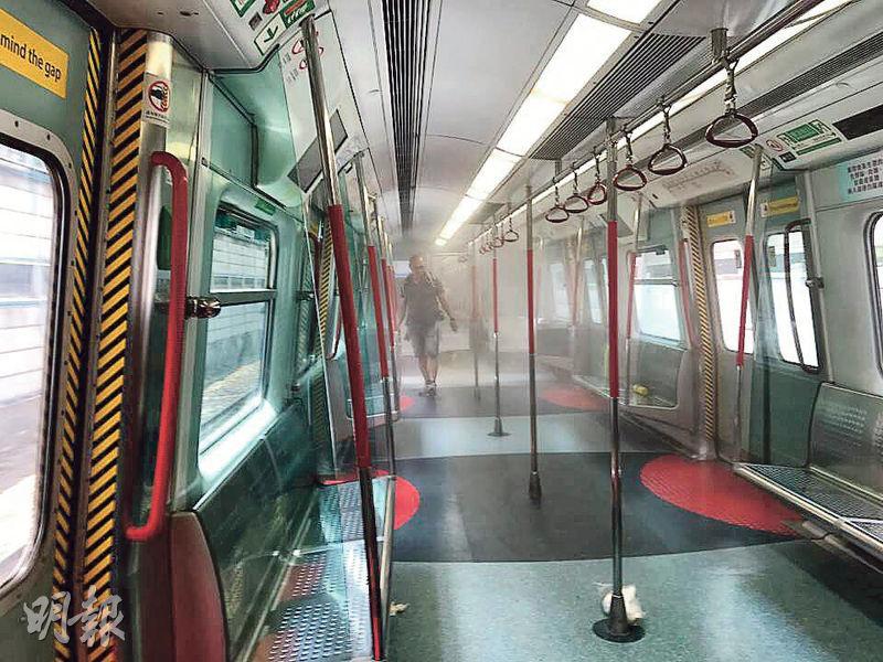 港鐵列車「行李冒煙」事故中,車廂內一度充斥大量刺鼻濃煙,數十乘客爭相走避,場面一度混亂,幸未有造成受傷。(單仲偕提供)
