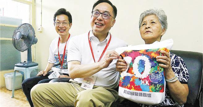 創科局長楊偉雄(中)昨午出席南區「共慶回歸顯關懷」家訪活動,探訪獨居或雙老長者。