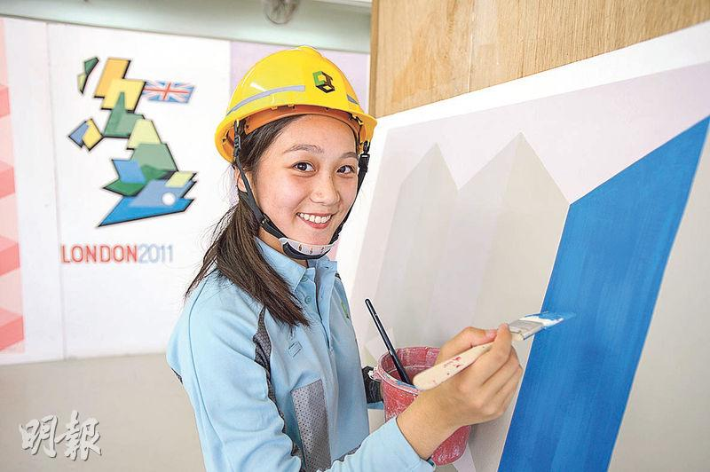 20歲的黃美詩為建造業議會基本工藝課程油漆粉飾科畢業生,早前於香港區選拔賽中勝出,將參加世界級比賽,她表示,做油漆粉飾時要心平氣和,才可確保雙手穩定拉出直線和把顏色髹得均勻。(楊柏賢攝)