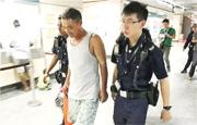 王建坡(中)4月將行李放在地鐵站內,返回時被捕。(網上圖片)