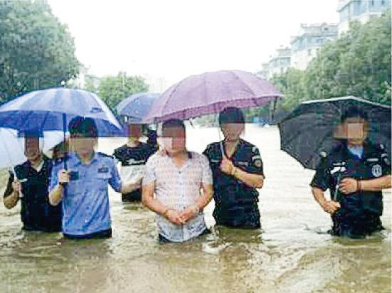 南京警方發布一條警察帶疑犯(白衣者)涉水重組案情的照片,引起網友質疑。(網上圖片)