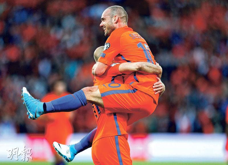 「牛一」的史奈達(上)為荷蘭射成2:0後,被同是33歲及此役亦有「士哥」的隊友洛賓抱起慶祝。(路透社)