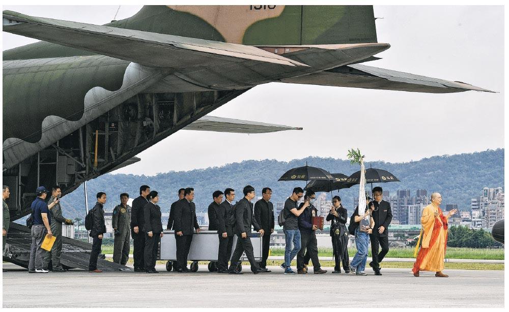台灣國防部感念齊柏林導演對軍方的支持,昨日派遣2架C-130運輸機載送齊柏林等人的遺體從花蓮回到台北,護送空軍的好朋友「齊導」最後一程。圖為齊柏林遺體運下飛機。(中央社)