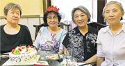 北京獨立媒體人高瑜(右二)與幾名好友6月8日在家聚會,為一名退休教師「Q大姐」(左二)慶祝生日,被當局以為是右派聚會。左一為李爾柔,右一為謝小玲。(高瑜Twitter圖片)