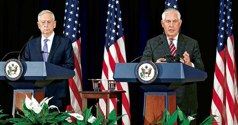 美國國務卿蒂勒森(右)與國防部長馬蒂斯(左)21日召開記者會,說明中美外交安全對話的成果與分歧。(路透社)