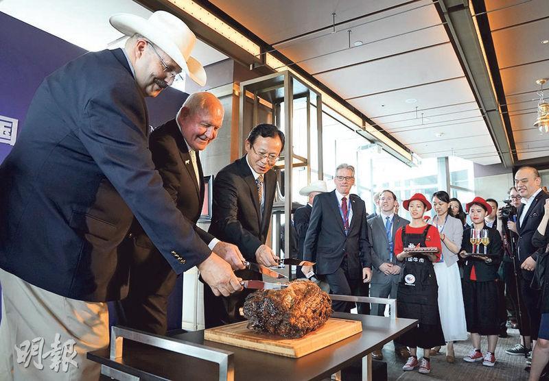 中美「百日計劃」早期成果之一就是美國牛肉時隔14年重返中國市場,北京昨日舉行儀式,中美嘉賓共同切開一塊美國產牛肉。(中新社)