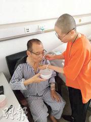 互聯網上昨日流傳一張劉曉波(左)在病房中的照片,妻子劉霞(右)在旁餵食。(網上圖片)