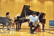 在該學院的金色音樂大廳,齊布日古德(右)和多位老師一起演奏了多首經典樂曲,悠揚激昂的琴音引來陣陣掌聲。(李泉攝)