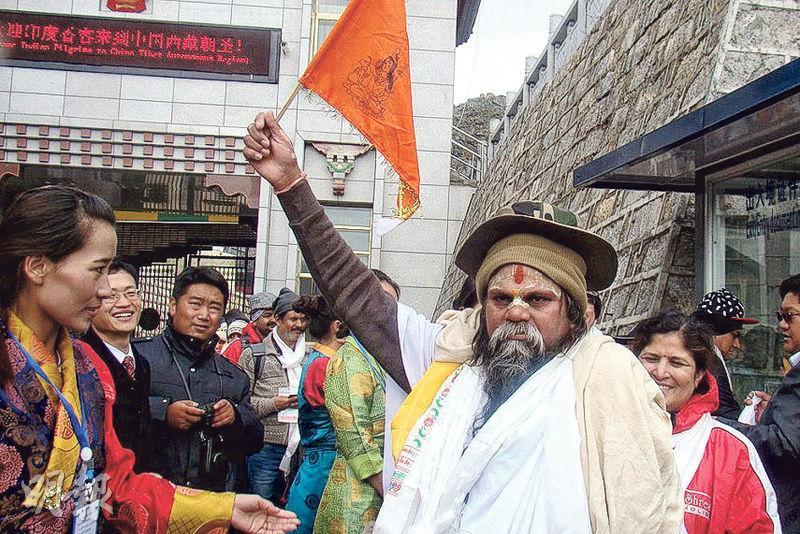 洞朗對峙仍在持續,中國暫禁印度香客經邊貿口岸「乃堆拉山口」前往西藏岡仁波齊峰和瑪旁雍錯湖朝聖,周二印度數十人在新德里中國駐印使館外抗議。圖為2015年從該地入藏的印度香客。(網上圖片)