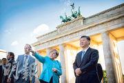 國家主席習近平(右一)前日在勃蘭登堡門前與德國總理默克爾(右二)交談。(路透社)