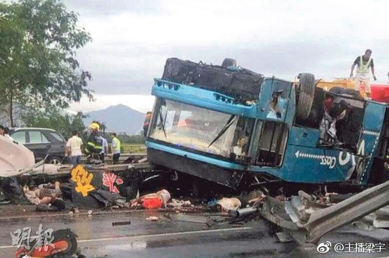 旅巴昨在廣東廣河高速禾嶺頭隧道口附近翻側後,4輪朝天,多名乘客被壓在車下。(網上圖片)