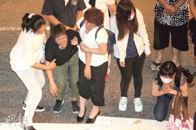 3名罹難工人的家屬昨晚重返事發現場拜祭,部分人情緒激動,跪地痛哭,齊聲嚎哭叫「返嚟啦」。(伍浦鋒攝)