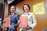 立法會內務委員會昨日舉行年結記者會,內會主席李慧琼(右)及副主席郭榮鏗(左)都未有正面回應會否競逐連任。(鍾林枝攝)