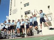 油蔴地天主教小學今年有83%學生獲派首三志願,男生最多獲派九龍華仁書院及聖芳濟書院,女生則最多獲派真光女書院。學生派位理想,各人在記者要求下高舉派位通知書跳起慶祝。(李紹昌攝)