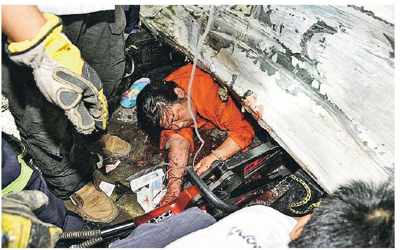 一輛載有32名中國遊客的旅遊巴前晚在泰國布吉府卡圖縣失事翻側,多名乘客等待救援。(網上圖片)