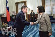 台灣總統蔡英文(右)昨在總統府接見華府智庫「大西洋理事會」理事吳霖(Neal Wolin,左)等一行人,蔡肯定美國近期對台軍售的決定。(中央社)