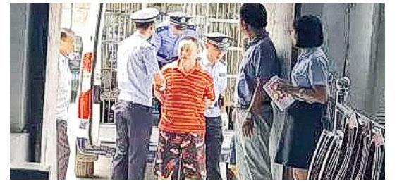 江西男子胡家兵去年駕車衝撞上學途中的學生,造成4死18傷,昨被執行槍決。圖為胡家兵(紅衣者)被押往法庭。(網上圖片)