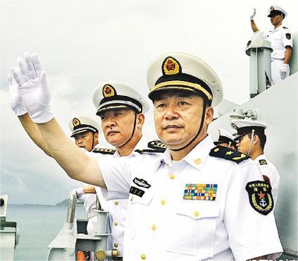 中國海軍赴俄聯演編隊6月18日從海南三亞起錨出發,編隊指揮員俞滿江少將(前右)向送行人員揮手道別。(網上圖片)