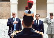 美國總統特朗普(左一)昨日到訪巴黎的「榮軍院」軍事博物館,法國總統馬克龍(左二)在場迎接。(路透社)