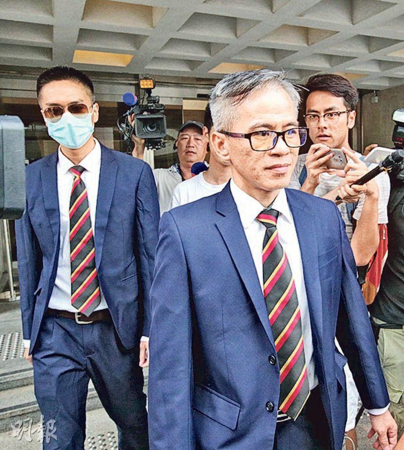 警長白榮斌(前右)及警員陳少丹(前左)昨獲准保釋等候上訴,兩人離開法院時沒回應記者提問。(曾憲宗攝)