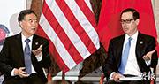 中美兩國首輪全面經濟對話19日在華盛頓落幕,兩國對話並未取得實質進展﹐會議結束後,雙方取消了原訂的記者會,會後也未發表聯合聲明。圖為舉行對話前,中國國務院副總理汪洋(左)與美國財政部長梅努欽(右)探討雙邊經貿問題。(路透社)