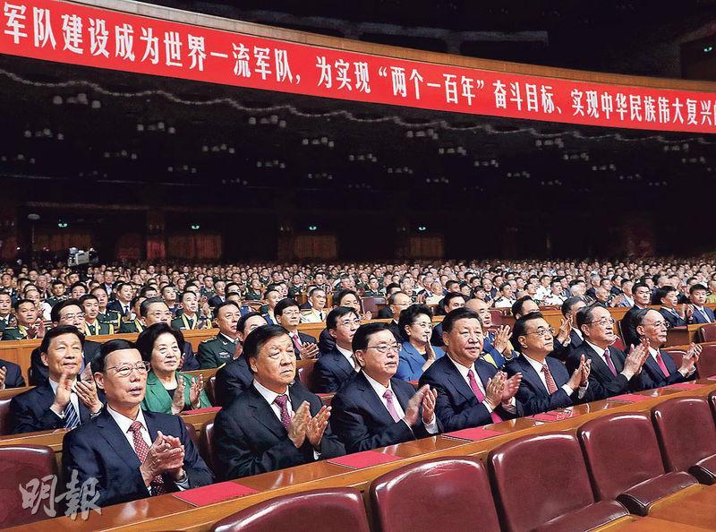 為慶祝解放軍建軍90周年,中央政治局7名常委(前排左起)張高麗、劉雲山、張德江、習近平、李克強、俞正聲、王岐山前晚悉數出席《在黨的旗幟下》文藝晚會。(新華社)