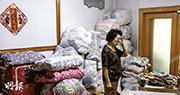 北京一名受騙老人吳老太在家中收拾行李,新業主要求她在3天之內搬走。(網上圖片)