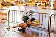 颱風納沙襲台期間,上周六晚風力增強,台北一名婦人亦因此站立不穩跌倒。(路透社)