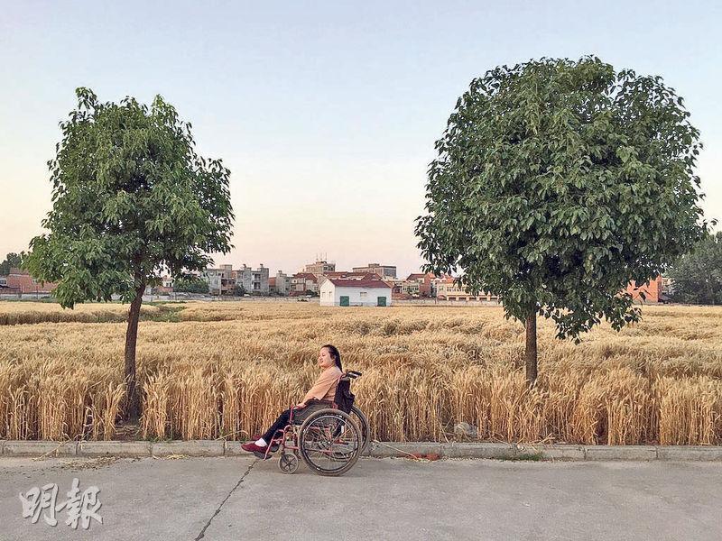 17歲時從富士康4樓跳下導致下半身癱瘓,回到湖北農村家中的田玉只能靠輪椅代步。(網上圖片)