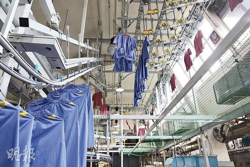 柴灣洗衣房內的衣物自動分類系統會將清洗後的衣服,經軌道運送到分類系統,掃描器會掃描衣物內的晶片,隨後自動地把衣物分別送到13條軌道上。(曾憲宗攝)