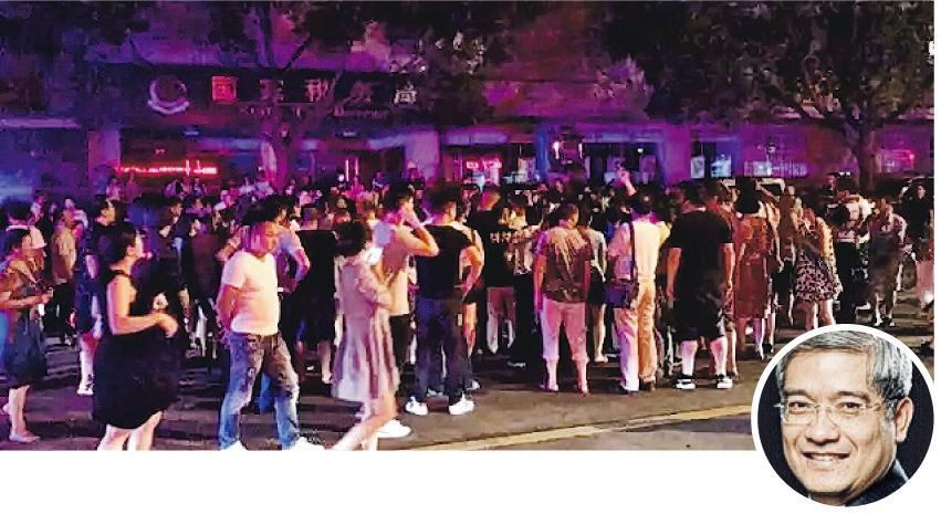 經濟學家郎咸平(圓圖)6日在浙江台州演講,開車離開時被大批泛亞金融騙局事主圍堵,場面非常混亂。