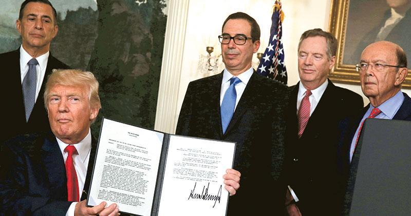 美國總統特朗普(前)昨日簽署行政備忘錄,授權美國貿易代表萊特海澤(右二)審查中國在技術轉讓等知識產權領域的做法,財長梅努欽(右三)及商務部長羅斯(右一)陪伴在側。(路透社)