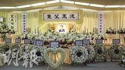 鄉議局前主席劉皇發上月逝世,昨日在香港殯儀館設靈,場內以白色為主調,掛有「德高望重」橫匾,中間放有由其太太劉吳妹珠送上的心形花圈。(李紹昌攝)