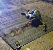 躺於馬路上而被的士輾過的南亞漢大量出血,送院不治。(網上圖片)