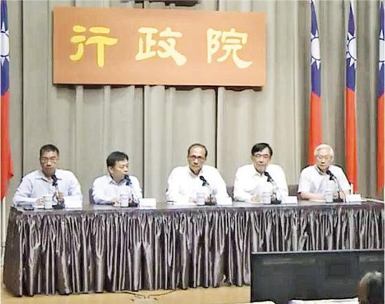 台灣前日下午發生全台大停電事故,行政院昨日上午舉行記者會,行政院長林全(左三)向公眾道歉,又表示,將進行行政調查,並成立體檢小組,檢驗供電、輸電結構。(網上圖片)